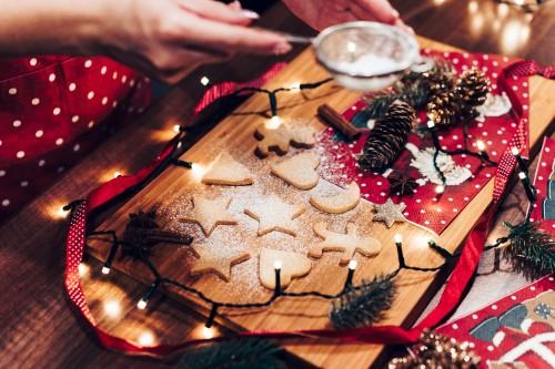 adding-sugar-on-christmas-cookies06bca52420b2d2fa.jpg