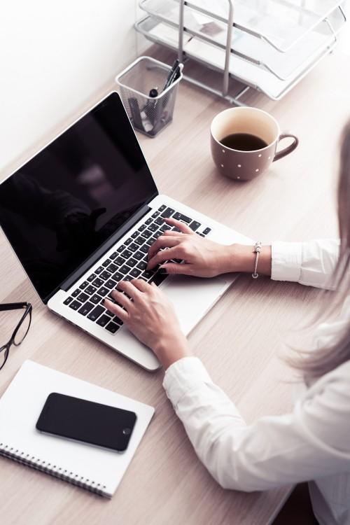 woman-working-in-modern-office-space951ca518fd1ec529.jpg