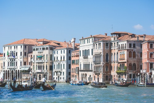 venice-canal-grande-houses_free_stock_photos_picjumbo_HNCK8182f98900e44932fea5.jpg